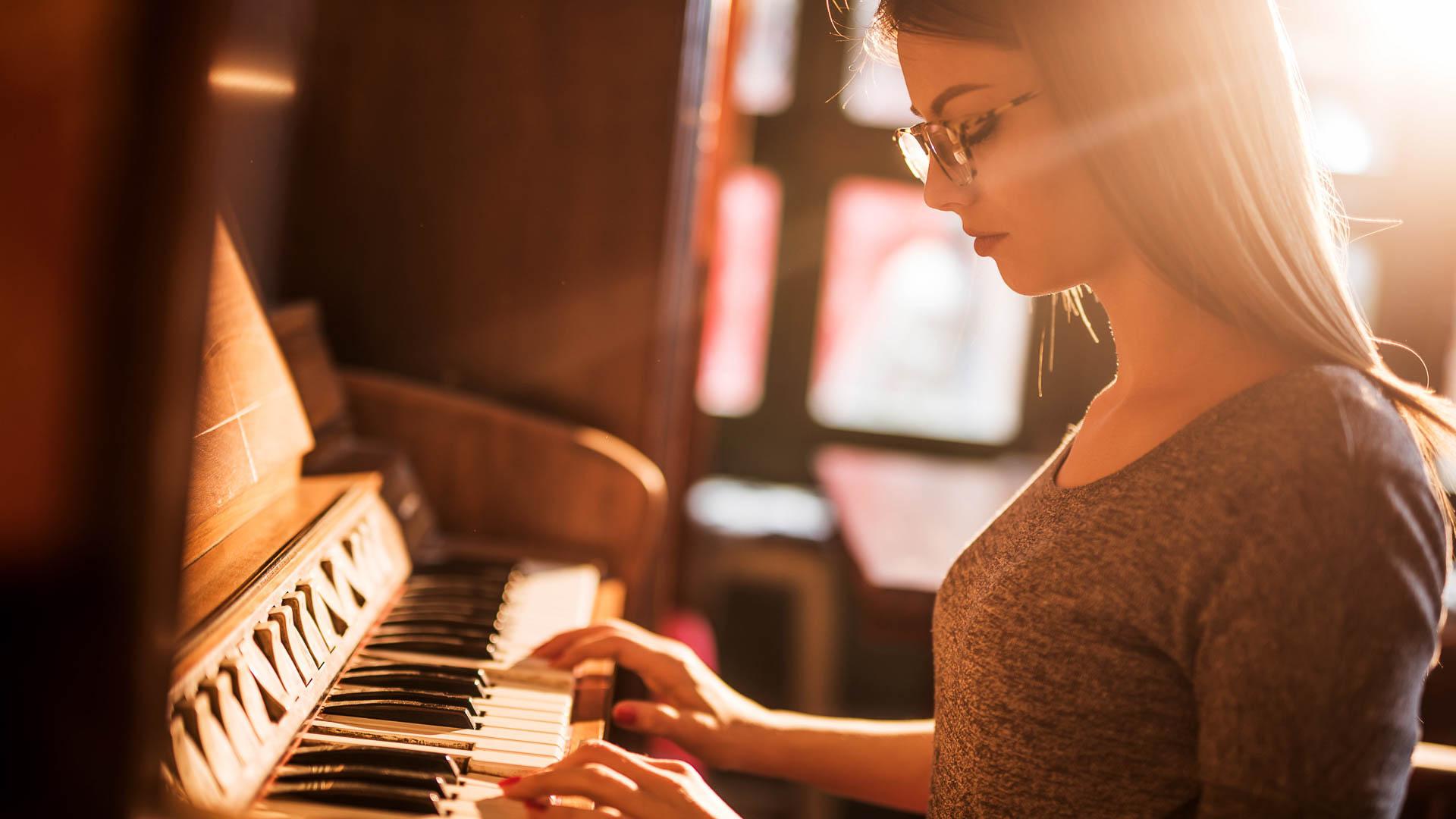 Картинки девушки за фортепиано